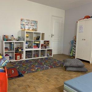 Coin jeux et vêtements dans une chambre d'enfants
