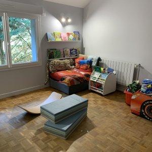 Coins lecture et motricité dans chambre d'enfant